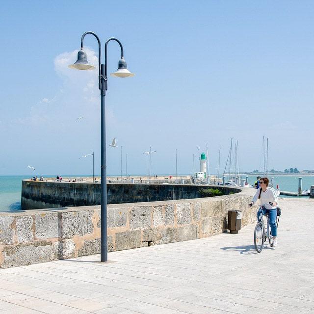 promenade a vélo le long de la mer